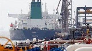 بلومبرگ؛ هند در برابر معافیت از تحریم واردات نفت از ایران را نصف میکند