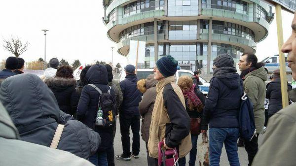 تجمع حدود بیست نفر ضد انقلاب در برابر درمانگاه پرفسور سمیعی که مورد توجه شدید رسانه های مخالف قرار گرفت