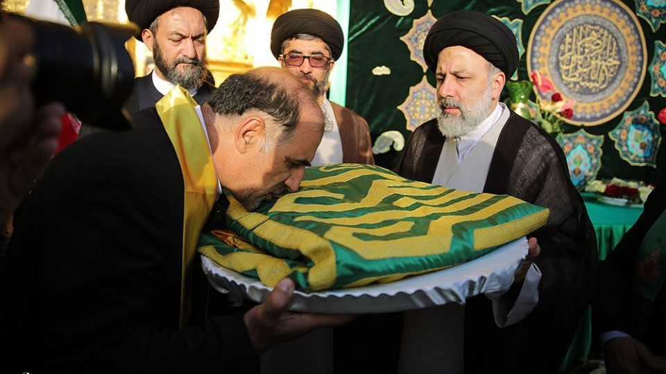 مراسم تعویض پرچم گنبد و پوشش ضریح حرم مطهر رضوی