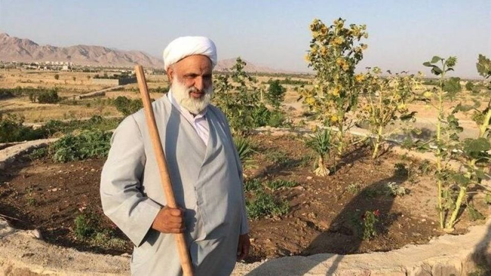 امام جمعهای که سرِ زمین کشاورزیاش بیل میزند