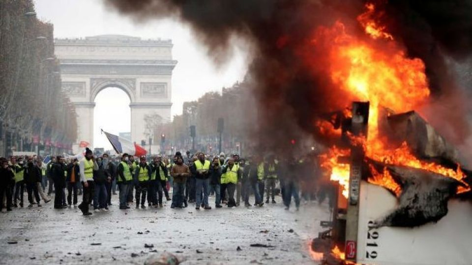 فرانسه هم لباسشخصی، خودسوزی، بگیر-ببند و کنترل اینترنت دارد