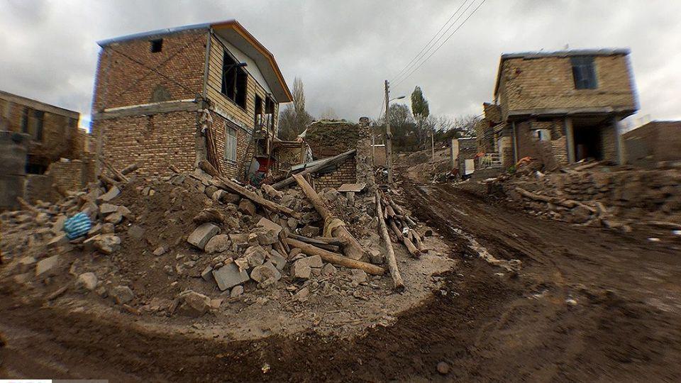 بارش برف در روستای زلزله زده ورنکش
