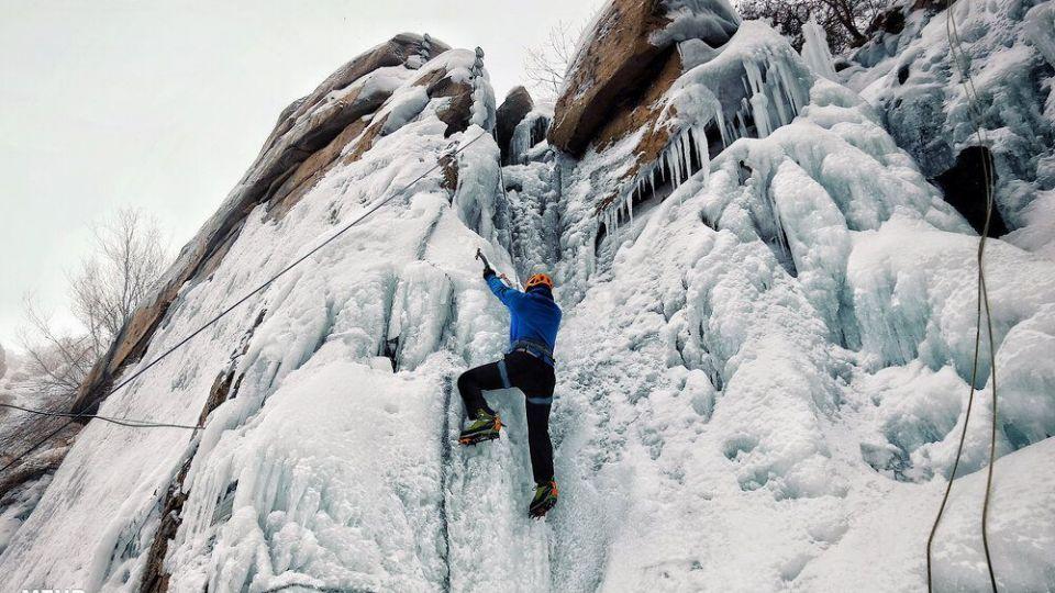 یخ نوردی در آبشار یخ زدهی گنجنامه