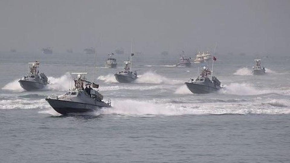 ماجرای «یورش فوجی» قایقهای سپاه به ناوگروه آبراهام لینکلن آمریکا + عکس و  فیلم