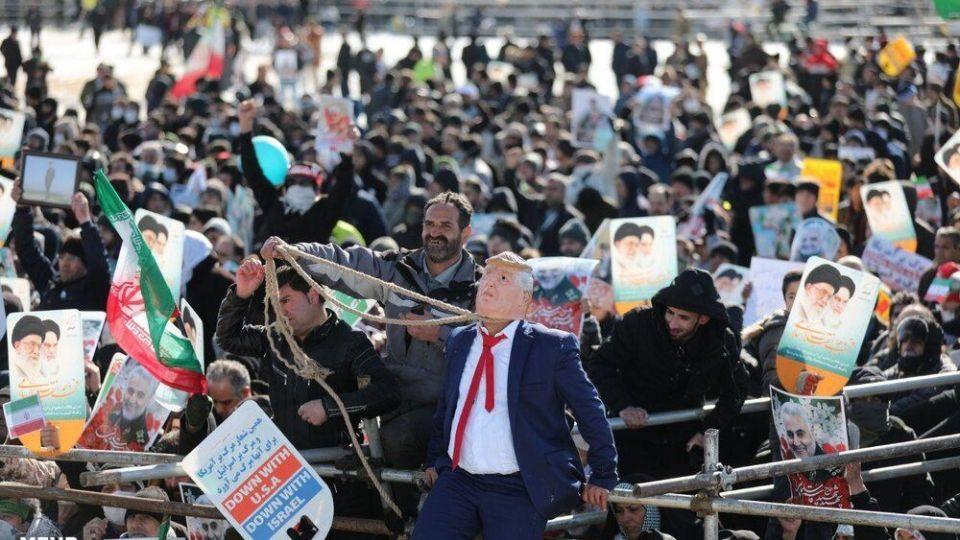 دار زدن دونالد ترامپ در میدان آزادی