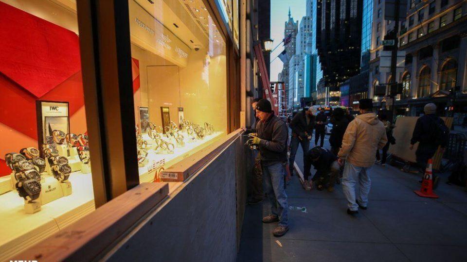 آمادهباش برای آشوب؛ پوشاندن ویترین مغازهها در آمریکا