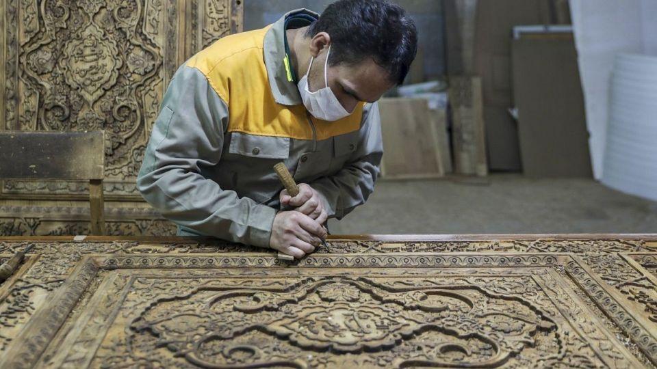 Кадры из мастерской по производству деревянных оформлений Священного Храма в Мешхеде - ФОТО