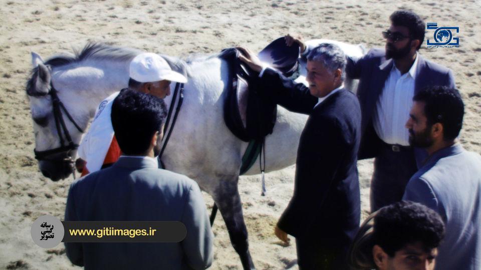 تصویر آقای هاشمی رفسنجانی در حال سوارکاری