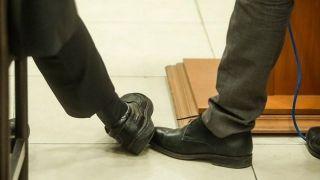 «خط دادن» متهم در جلسه دادگاه گروه عظام + عکس